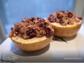 Печеные яблоки с грецкими орехами и клюквой