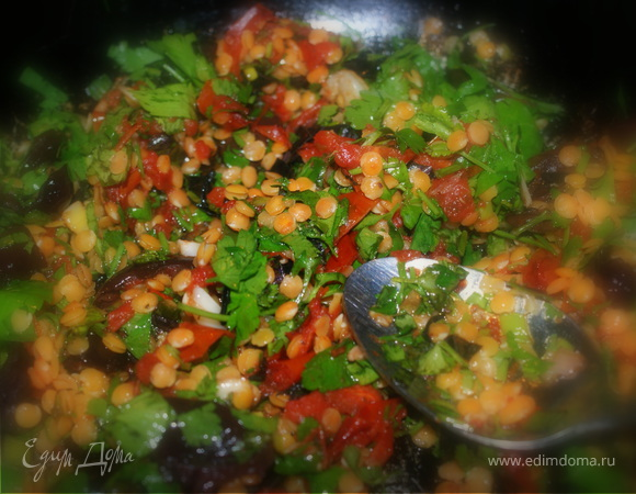 Паста с заправкой из чечевицы, оливок, помидор