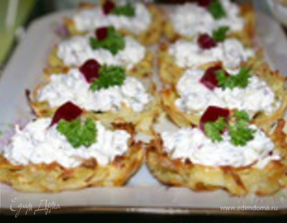 Хрустящие картофельные корзиночки с селёдкой