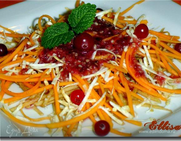 Салат с орехово-клюквенным соусом