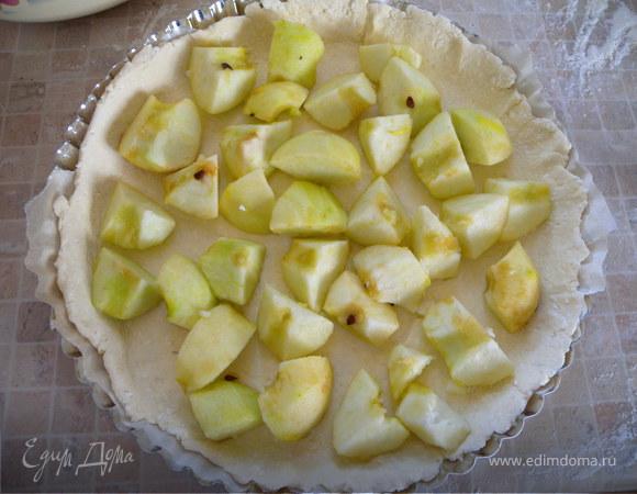 Пирог с яблоками и айвой в творожном тесте...