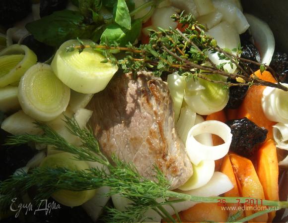 Телятина в белом вине с овощами и черносливом