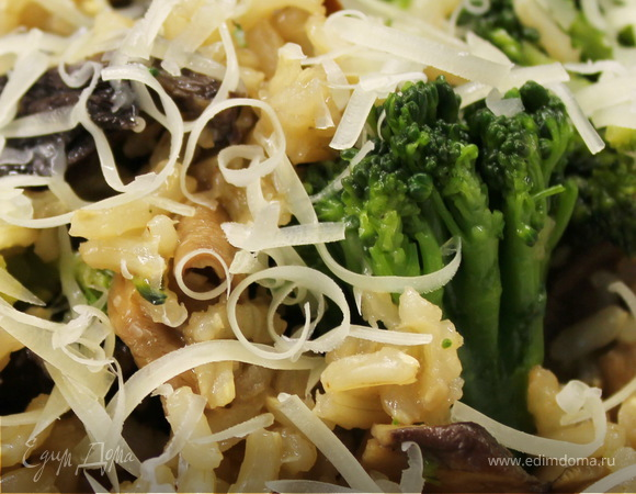 Коричневый рис с грибами и брокколи