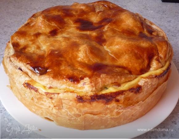 Закрытый пирог из слоеного теста с картофелем, перцем и копченым окороком