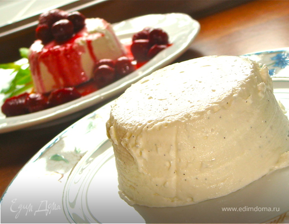 Компот из красных фруктов вокруг творожного крема