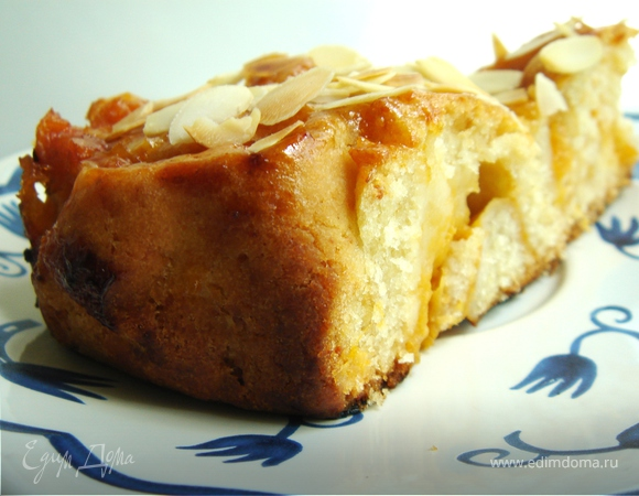Пирог с абрикосами и миндальными лепестками
