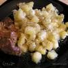 Жареный картофель с расплавленным сыром :)