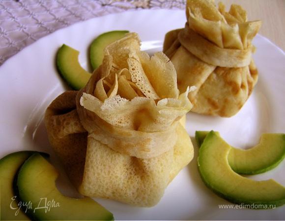 Мешочки из блинчиков с курицей и авокадо