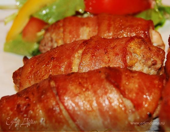 Мини-колбаски в беконе.