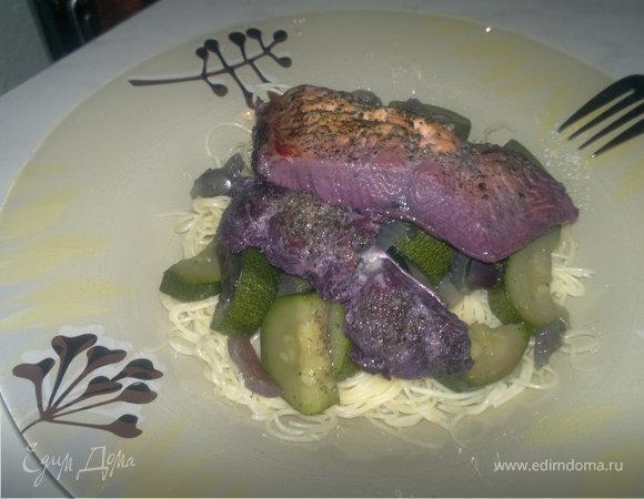 Паста с фиолетовой рыбой, цукини и луком