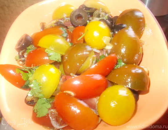 Томатный салат с жареным чесночком