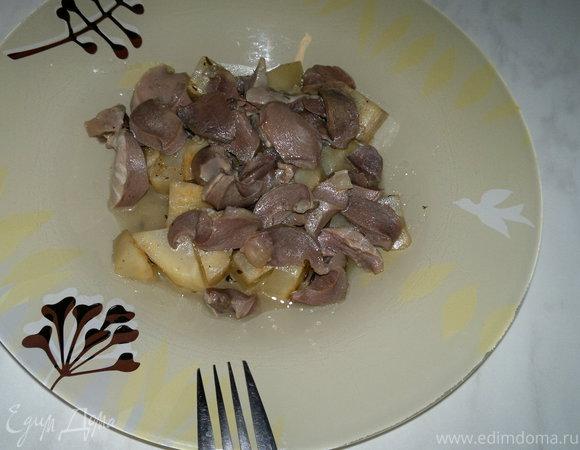 Корень сельдерея в смеси из специй и тушеные желудки индейки