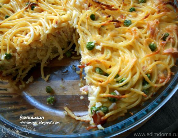Пирог из спагетти с зеленым горошком и беконом