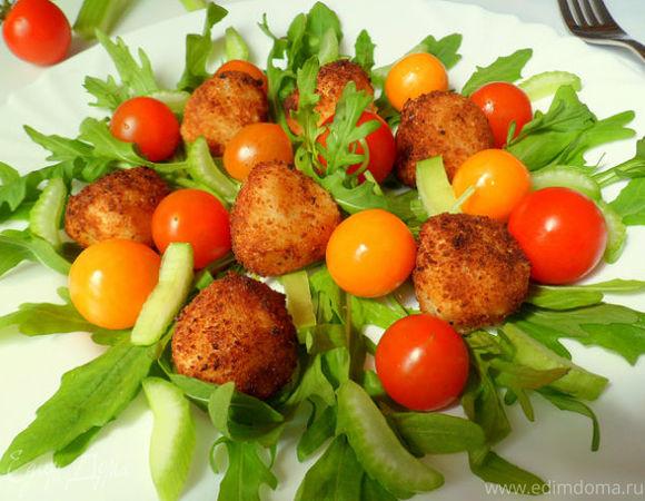 Поджаренная мини-моцарелла с овощами, руколой и натуральным йогуртом с мятой