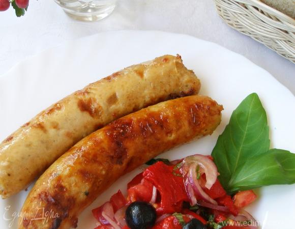 Куриные колбаски и салат из запеченных перцев и помидоров