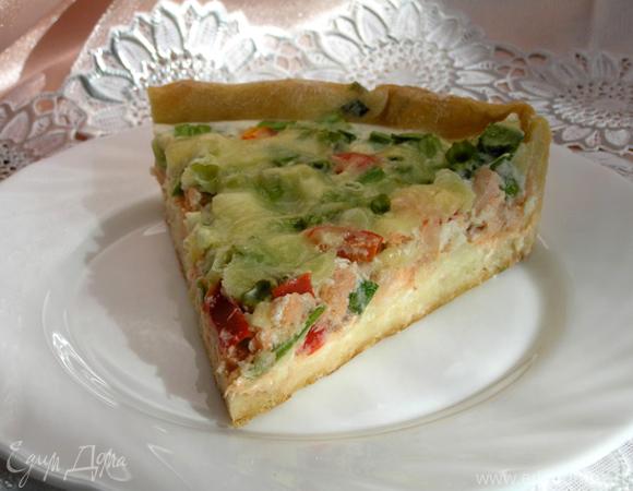 Пирог с лососем, зеленью и овощами