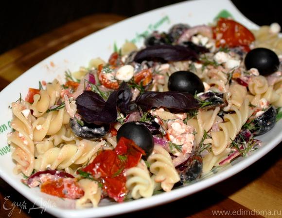 Салат из пасты, вяленых томатов и творога