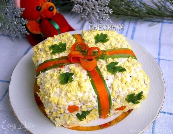 Салат с курицей, черносливом и грецкими орехами «Новогодний подарок»