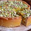 Ароматный персиковый пирог с фисташками и миндалем