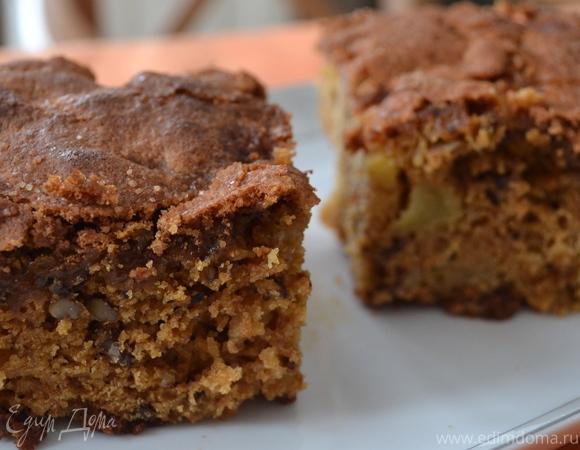 Влажный яблочный пирог с орехами