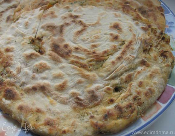 Лепешка с оливками, луком и томатным соусом