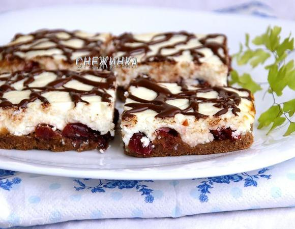 Перевернутый шоколадно-творожный пирог с вяленой клюквой