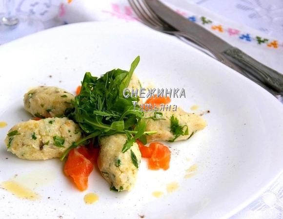 Салат из картофеля с рикоттой, каперсами и семгой