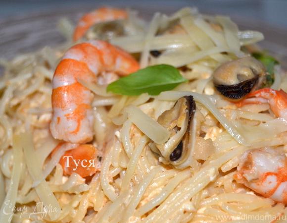 Спагетти с креветками в сырно-томатном соусе