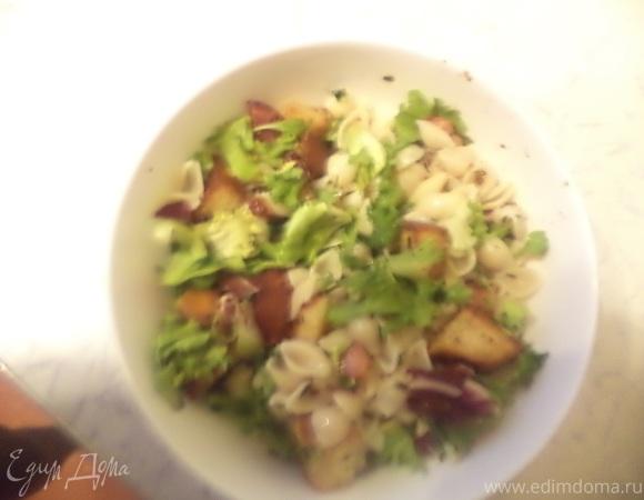 Салат из макарон с копченой колбасой и хрустящими крутонами