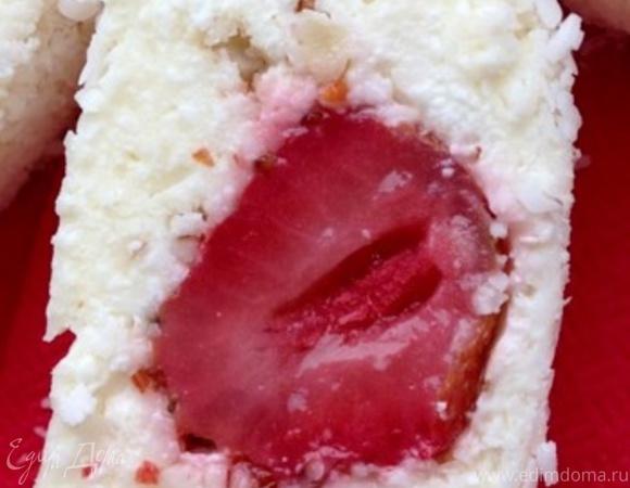 Творожный десерт-рулет с клубникой и миндалем
