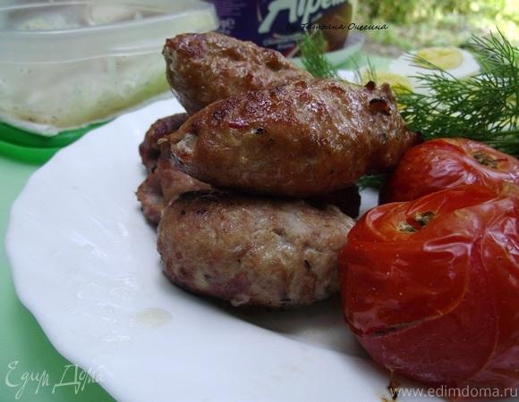 Люля-Кебаб с маринованным луком и соусом