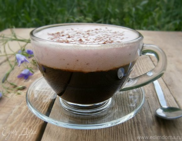 Кофе с белково-клубничным кремом