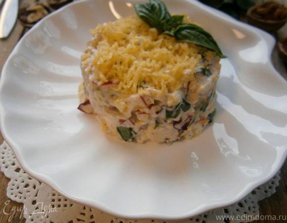 Салат с курицей, нектарином и сырно-ореховой заправкой
