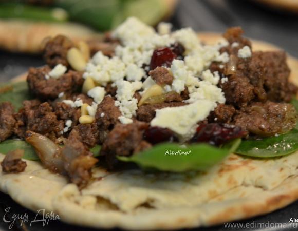 Ужин в турецком стиле на лепешке