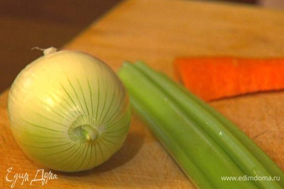 Чеснок, морковь и луковицу почистить и крупно нарезать.