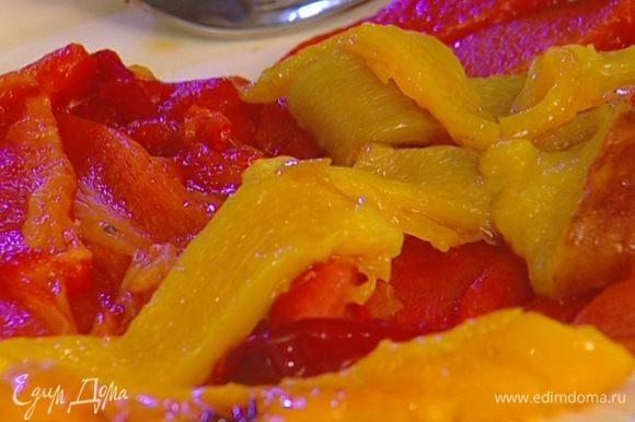 Сладкий перец обжарить на гриле или запечь в духовке, затем положить на несколько минут в пластиковый пакет. Когда перец пропотеет, снять кожицу, вынуть сердцевину вместе с семенами и нарезать длинными полосками.