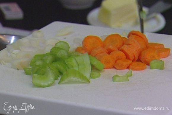 Лук, сельдерей, морковь и 2 зубчика чеснока почистить и порезать, не смешивая их.