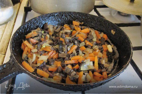 Грибы замочить на полчаса. Слить воду с грибов, залить ~1,5-2 л холодной воды, сварить (после закипания варить 15-20 мин при среднем кипении). Вынуть грибы. Обжарить до слабого золотистого цвета нарезанную луковицу и морковку, натертую на крупной терке. Грибы мелко порезать и потушить с овощами ~5 мин, все потушенное забросить в кастрюльку с имеющимся грибным бульоном и поставить на огонь. Когда закипит бросить туда соль, лапшу, лаврушку, зелень, молотый перец, и варить первые 3-5 мин при сильном кипении, помешивая, затем убавить огонь, попробовать и посолить еще если надо, и варить при слабом кипении до готовности лапши.