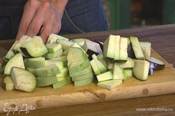 Баклажан и кабачок нарезать кружками, поместить в дуршлаг, посыпать крупной солью и дать постоять, затем нарезать крупными кусочками.
