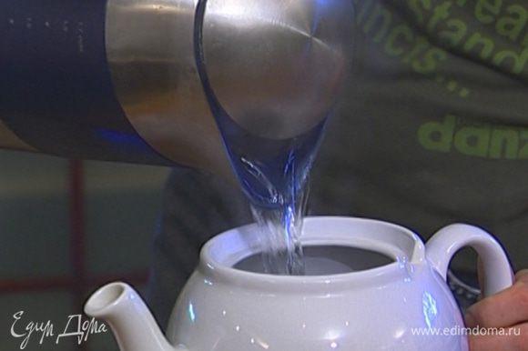 Чай заварить, дать ему настояться в течение 2–3 минут.