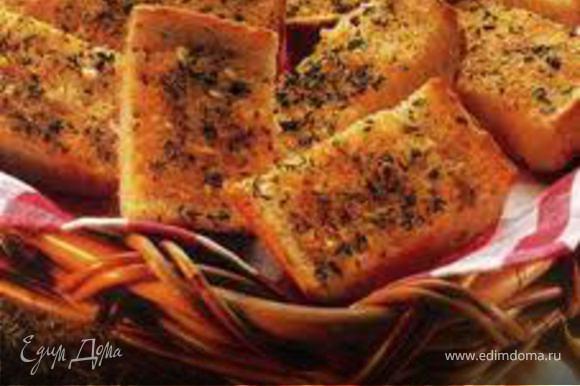 Хлеб для гренок (если берем хлеб нарезку - то дополнительно нарезать на четыре части или можно вырезать хлеб круглой формы, что смотрится очень красиво), сбрызнуть оливковым маслом, посолить, поперчить (по желанию добавить чеснок) и можно сразу поставить в духовку, разогретую до 130 градусов на 10 минут, пока готовим рататуй.