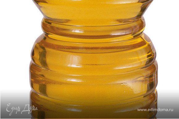 Смазать перцы снаружи оливковым маслом и положить на противень срезом вверх.