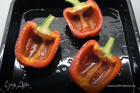 Уложить дольки перца в форму смазанную олив.маслом. Перцы посолить и поперчить внутри.