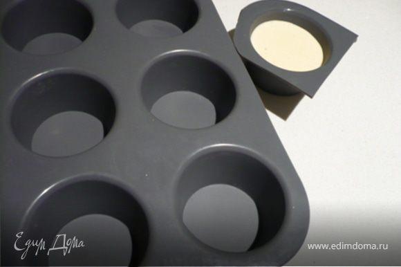 Разлить во формам (см. коммент) или чайным, кофейным чашкам и поставить в холодильник минимум на пару часов. Формы можно смазать маслом из виноградных косточек, так как оно безвкусное, зато извлекать из форм будет легче. Когда панна котта застынет, опустить форму в горячую воду на 1 минуту и перевернуть на тарелку. Сбоку полить шоколадный соус. Украсить мятой и кружочками лайма.