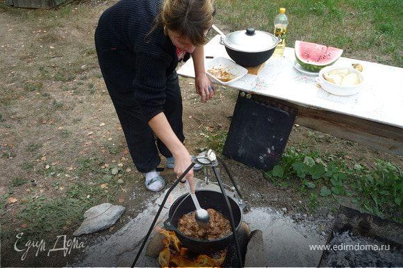 Порезать мясо кусочками см на см и обжарить на масле.