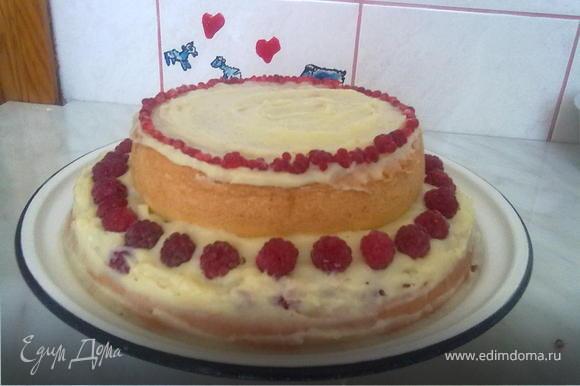 6. Смазать верхнюю часть кремом, украсить малиной. Вот наш тортик и готов!