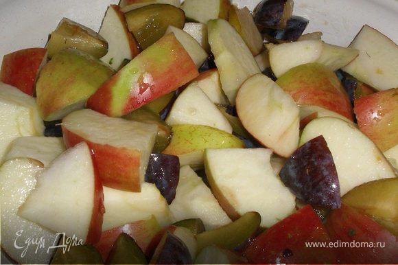 """Яблоки и сливы режем """"кубиками"""" ,не забываем предварительно помыть, обсушить и удалить сердцевинки и косточки из слив."""