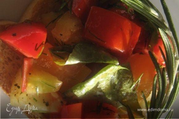 Из зеленого салата и овощей сделать салат. Приправить маслом, солью, специями и зеленью. Салат уложить на тост. Посыпать зеленью и незамедлительно подавать!