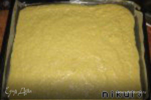 Сначла готовиться блинчик. Плавленые сырки трем на мелкой терке, добавляем хорошо взбитые яйца с солью, муку, майонез, хорошо вымешиваем и выкладываем на протвень, предварительно застеленный бумагой и смазанный растительным маслом. Равномерно распределить смесь на весь протвень(на всю величину духовки) тонким слоем.