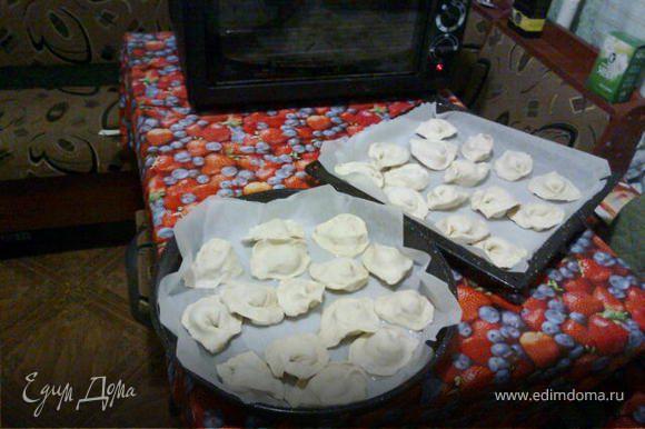 Разморозить тесто,порезать его на квадратики 6-7см.Потом слепить как большие пельмешки.На противень постелить пергамент,смазать подсолнечным или сливочным маслом и выпекать 25минут при 230градусах в предварительно разогретой духовке. Приятного аппетита!:))